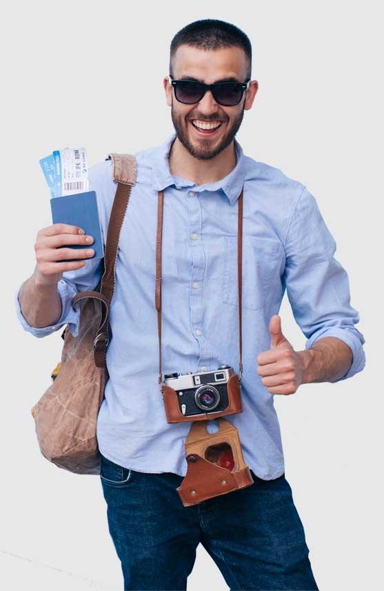 viajero con cámara forografica y pasaporte en la mano